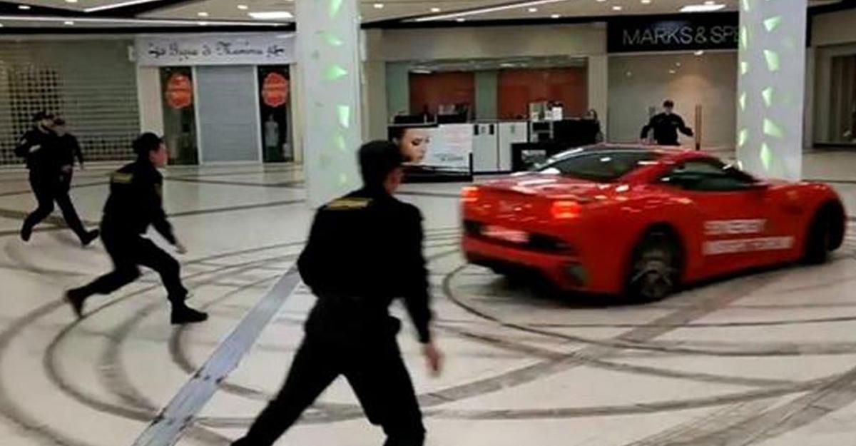 Мужчина прокатился на Феррари поторговому центру в столице