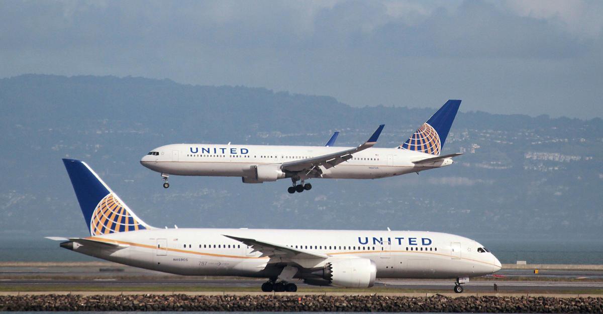 Компания United Airlines сняла срейса молодую пару