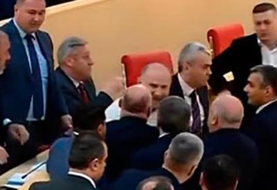 """Грузинские депутаты устроили потасовку во время обсуждений <span class=""""color_red"""">- ВИДЕО</span>"""