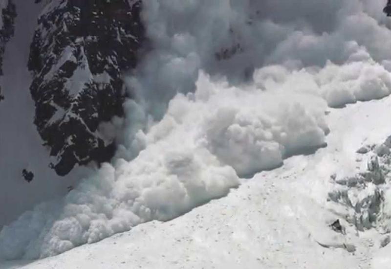 В Румынии снежная лавина накрыла группу лыжников
