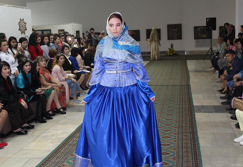 """В Ташкенте состоялся показ азербайджанской национальной одежды, присущей Карабахскому региону <span class=""""color_red"""">- ФОТО</span>"""