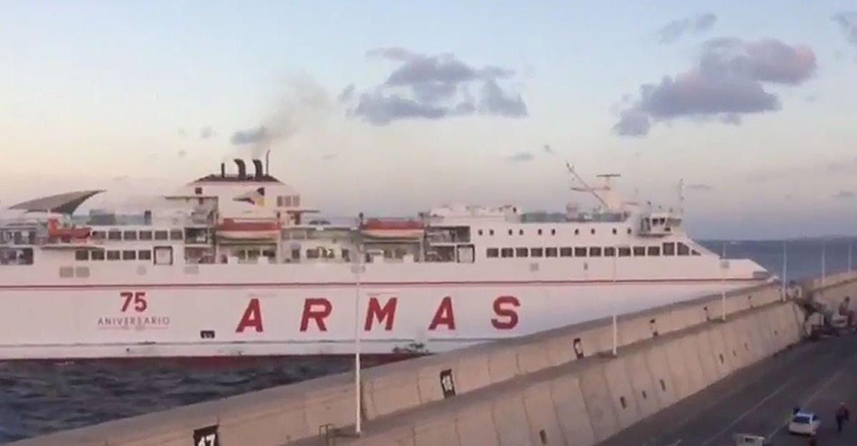 НаКанарских островах паром со140 пассажирами врезался впирс