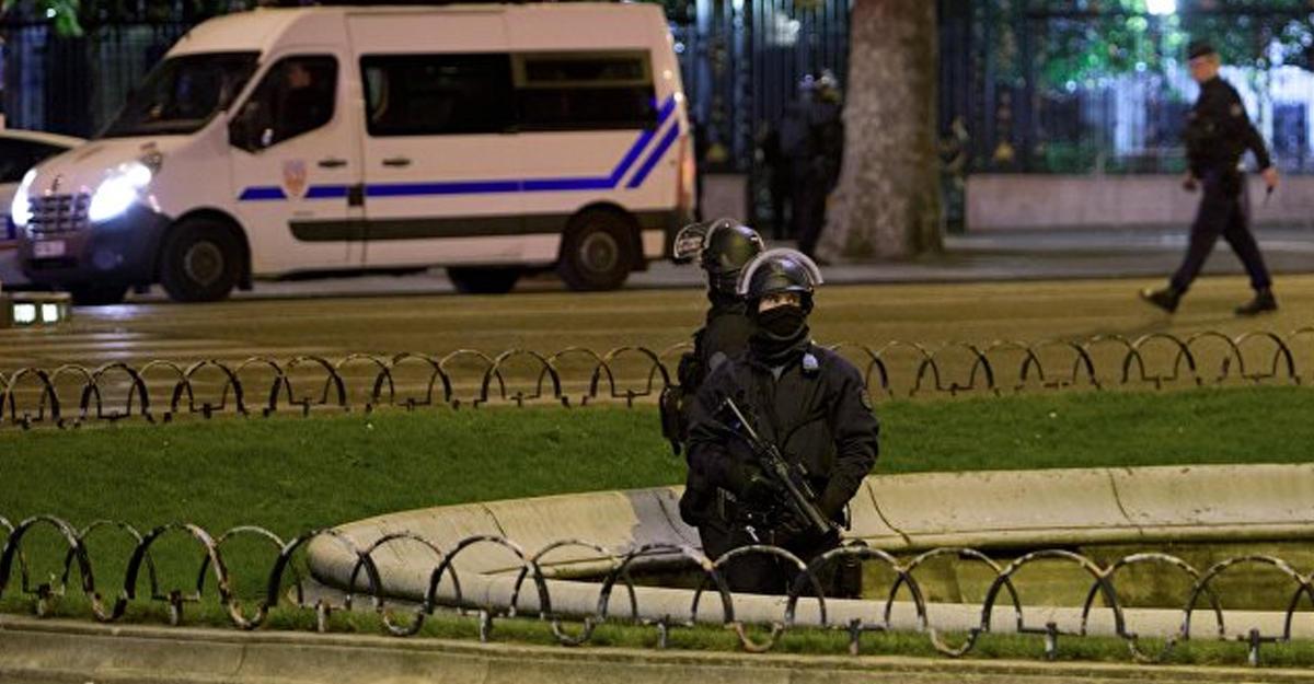 Милиция разгоняет протестующих вцентре Парижа