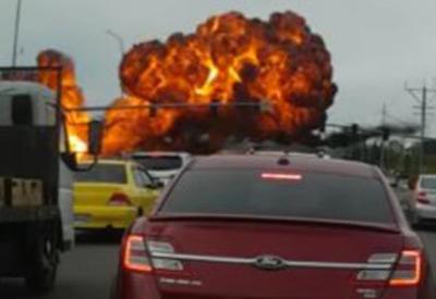 """Момент падения самолета на шоссе в США попал на камеры <span class=""""color_red"""">- ВИДЕО</span>"""