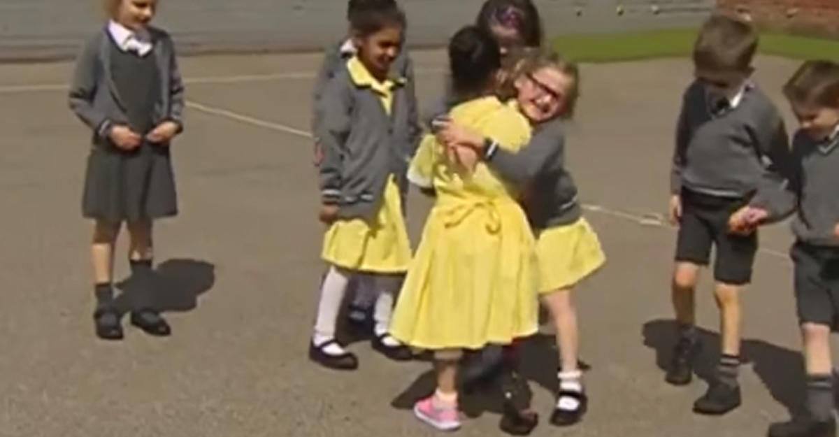 Дети трогательно отреагировали наподругу, пришедшую вшколу спротезом