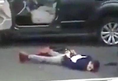 """Полицейские в США застрелили подростка и оставили его умирать на дороге <span class=""""color_red"""">- ВИДЕО</span>"""