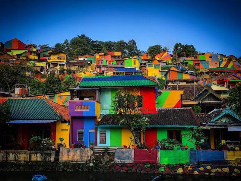 Как власти Индонезии превратили унылый городок в восхитительную Радужную деревню - ФОТО