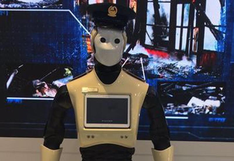 """Первый полицейский робот вышел на службу в ОАЭ <span class=""""color_red"""">- ВИДЕО</span>"""