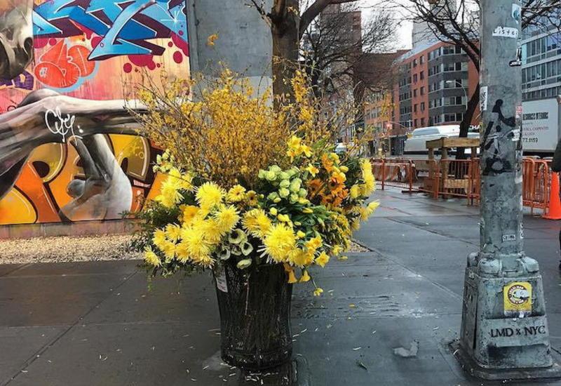"""Флорист из Нью-Йорка превращает урны для мусора в роскошные вазоны для цветов <span class=""""color_red"""">- ФОТО</span>"""