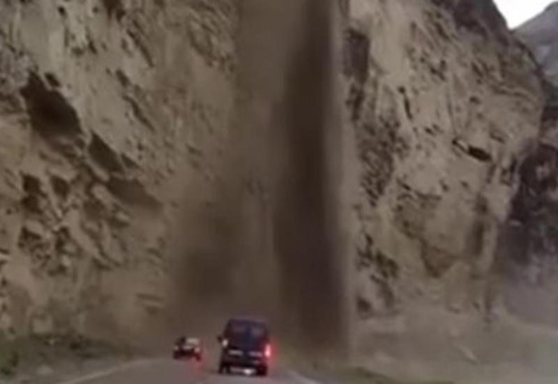 """Сход грязевого потока чуть не снес автомобили в горах Дагестана <span class=""""color_red"""">- ВИДЕО</span>"""