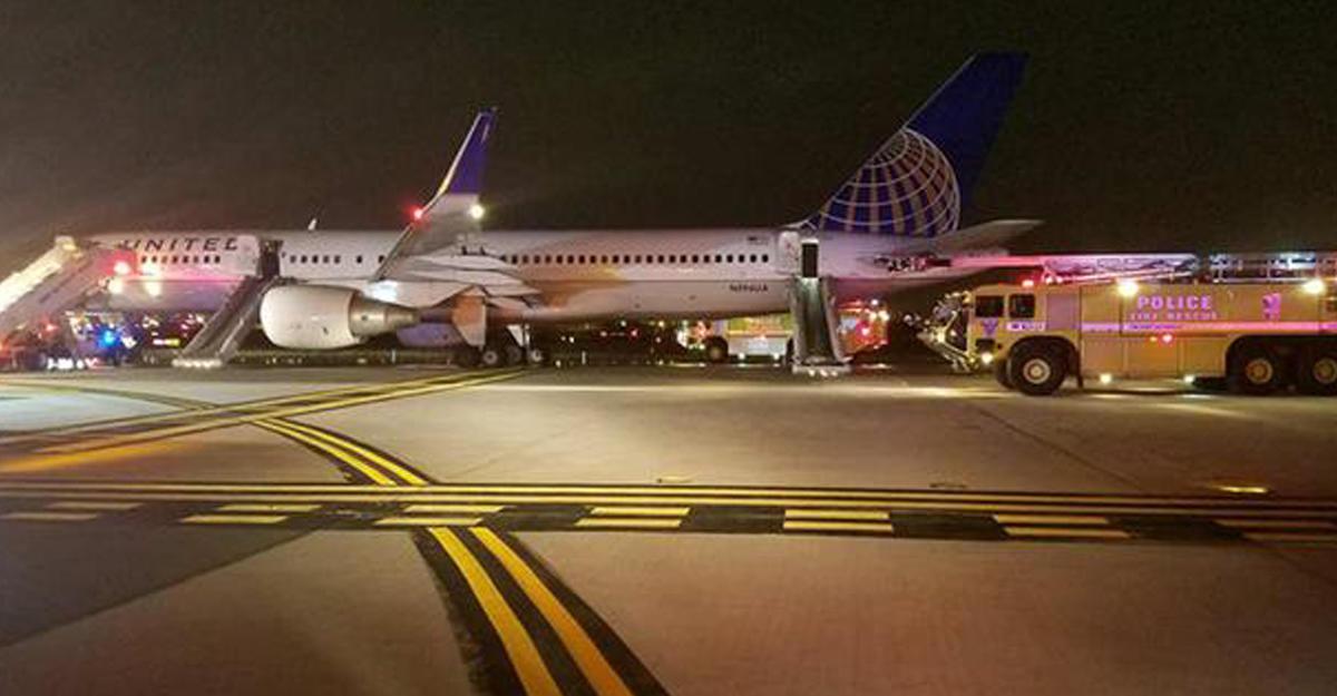 Мотор самолета United Airlines зажегся при взлете вСША