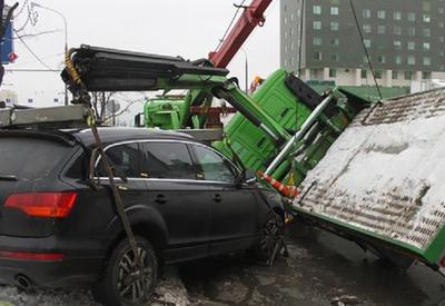 В Баку эвакуатор попал в аварию, есть пострадавший