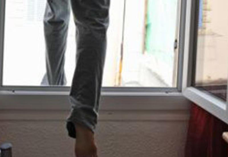 В Ереване молодой человек выбросился из окна
