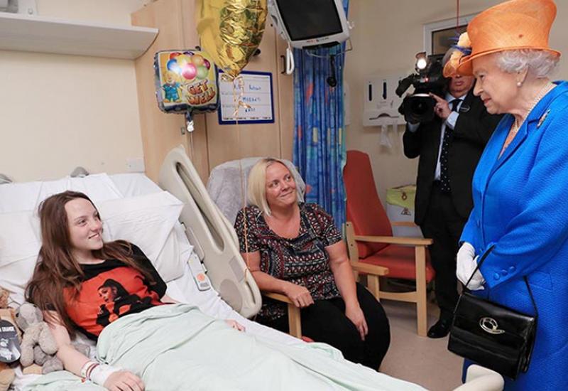 "Елизавета II навестила в больнице детей, пострадавших при теракте в Манчестере <span class=""color_red"">- ВИДЕО</span>"