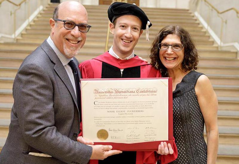 """Цукерберг получил ученую степень спустя 12 лет после ухода из Гарварда <span class=""""color_red"""">- ВИДЕО</span>"""