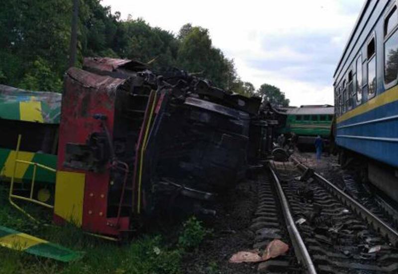 """В Украине поезд столкнулся с локомотивом, есть пострадавшие <span class=""""color_red"""">- ВИДЕО</span>"""