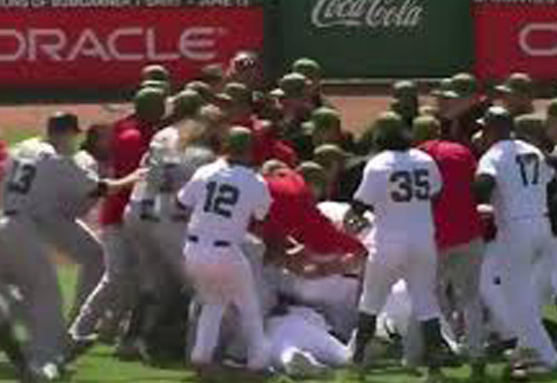 """Массовая драка между спортсменами произошла на бейсбольном матче в США <span class=""""color_red"""">- ВИДЕО</span>"""