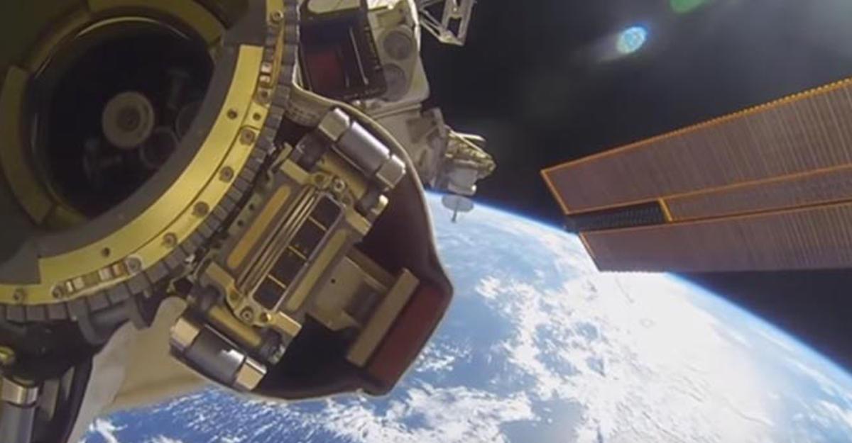 Юзеры отыскали навидео сМКС изображение человека без скафандра вкосмосе