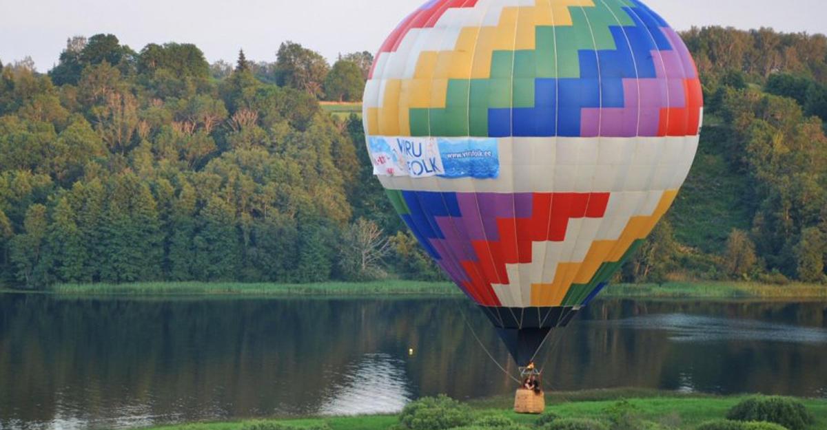 ВКанаде воздушный шар свлюбленными врезался вдерево