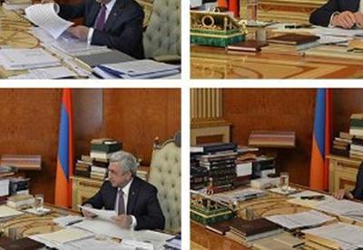 У администрации президента Армении не хватило денег даже на книжный шкаф