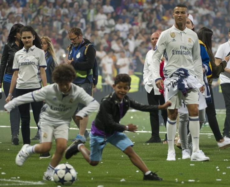 Роналду заклеил знак Adidas эмблемой Nike наюношеском фото