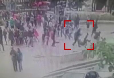 """Опубликованы кадры с моментом нападения на полицейских в Париже <span class=""""color_red"""">- ВИДЕО</span>"""