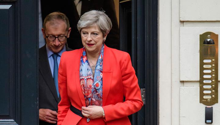 Тереза Мэй повстречалась скоролевой и сообщила оготовности остаться премьером