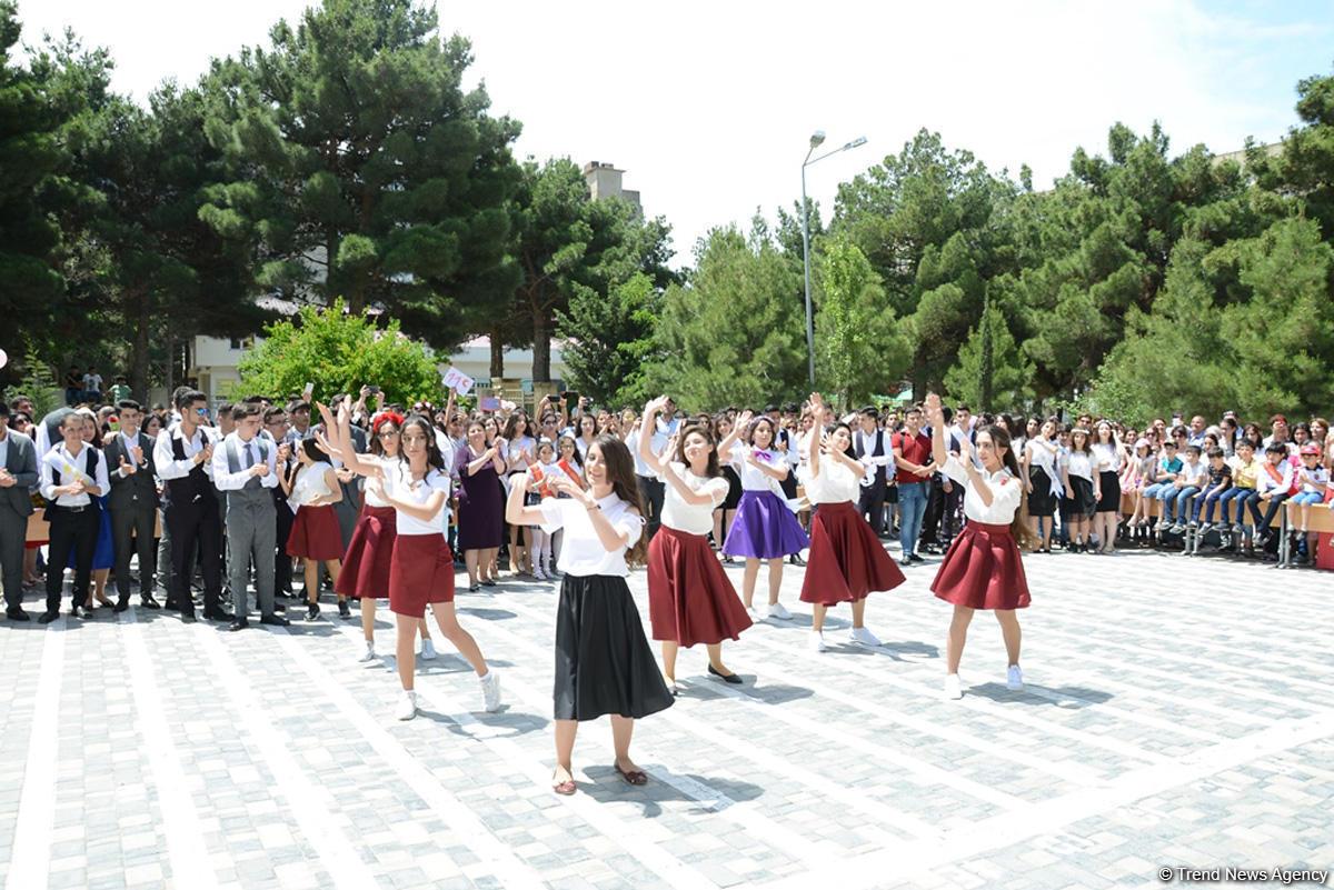 """В школах Азербайджана прозвучал """"Последний звонок"""""""