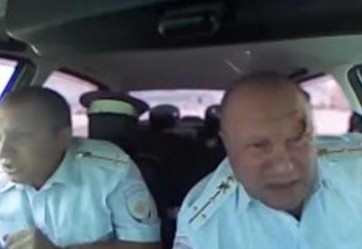 """Момент ранения полицейского в голову во время погони за налетчиками в России <span class=""""color_red"""">- ВИДЕО</span>"""