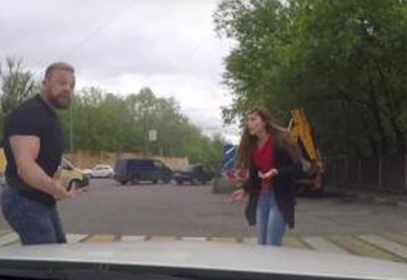 """Сеть покорило видео, как хрупкая девушка нокаутировала накаченного водителя <span class=""""color_red"""">- ВИДЕО</span>"""