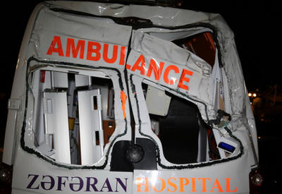 """В Баку машина скорой помощи совершила аварию, есть пострадавшие <span class=""""color_red"""">- ФОТО</span>"""