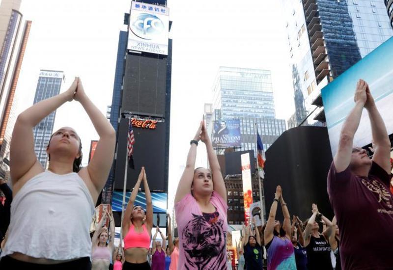 """Массовый сеанс йоги на Таймс-сквер в Нью-Йорке <span class=""""color_red"""">- ФОТО</span>"""