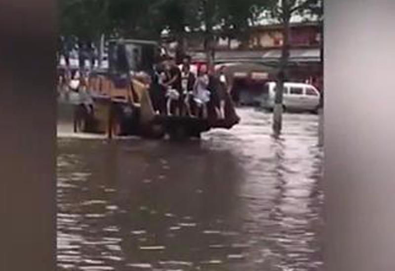 """В Пекине мужчина решил нажиться на горе людей, пострадавших от паводка <span class=""""color_red"""">- ВИДЕО</span>"""