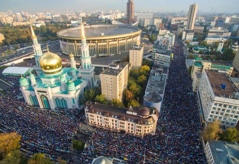 "В Москве тысячи мусульман совершили молитву по случаю Ураза-байрама <span class=""color_red"">- ВИДЕО </span>"