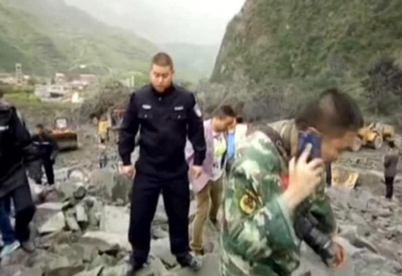 "Из-под оползня в Китае удалось спасти двоих супругов и ребенка <span class=""color_red"">- ВИДЕО</span>"