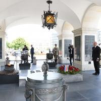 """Президент Ильхам Алиев посетил памятник Неизвестному солдату в Варшаве <span class=""""color_red"""">- ФОТО</span>"""