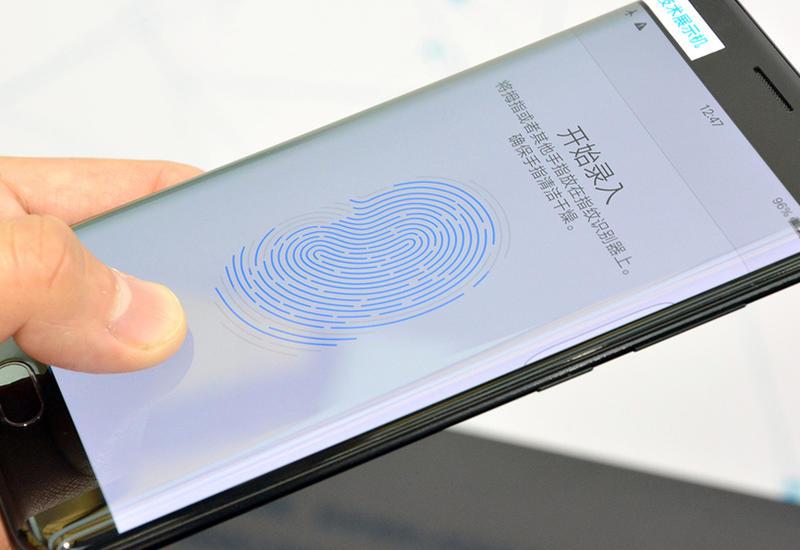 """Китайцы обошли Apple и первыми показали сканер отпечатка в дисплее смартфона <span class=""""color_red"""">- ВИДЕО</span>"""