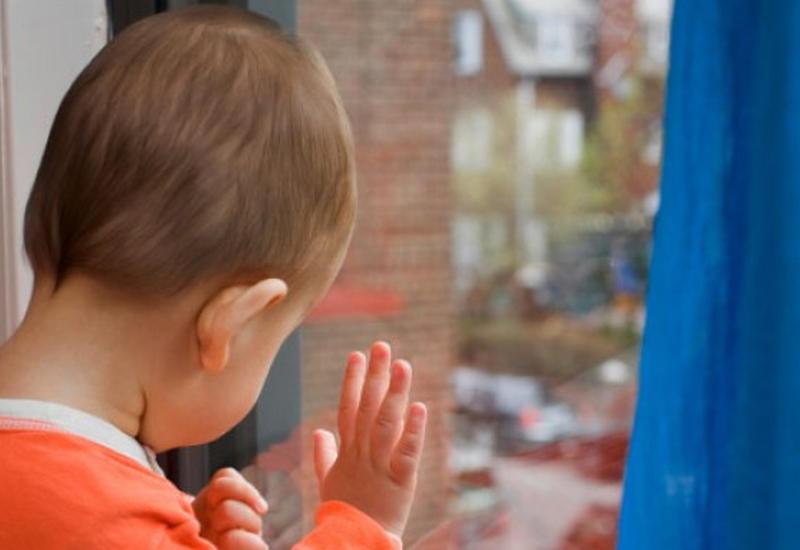 Трагедия в Баку: 3-летний ребенок упал с третьего этажа