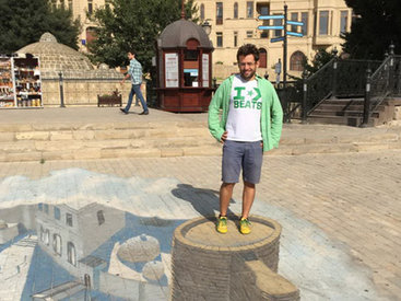 Армянский шахматист прогулялся по Ичеришехер - ФОТО