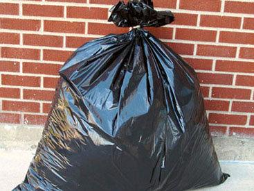 Мужчину убил пакет с мусором, выброшенный из многоэтажки