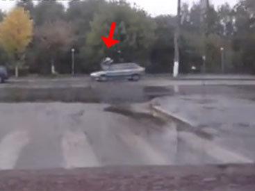 Автомобиль сбил подростков на пешеходном переходе - ВИДЕО