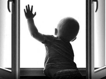 В Баку 2-летний ребенок умер, выпав из окна