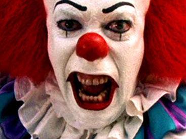Жуткий клоун терроризирует жителей британского города