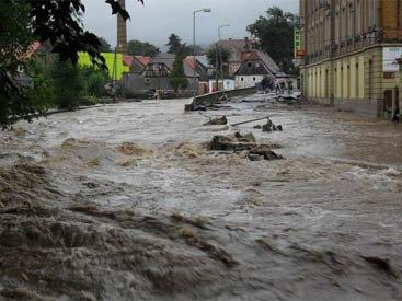 В турецком городе Ризе ведутся работы по расчистке территории после наводнения