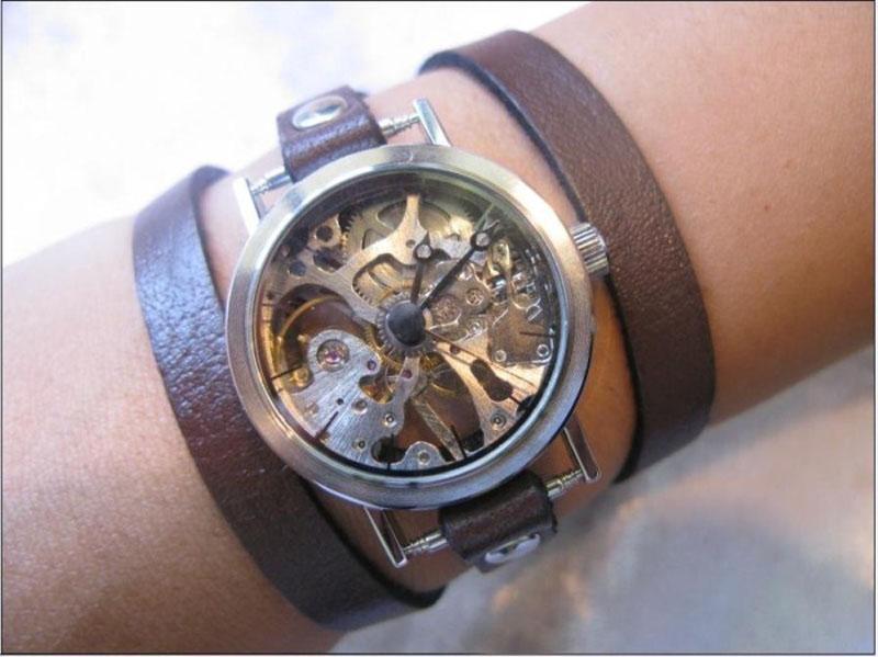 Мода на часы с длинными ремешками появилась несколько сезонов назад, но тренд и сегодня не сдает позиции