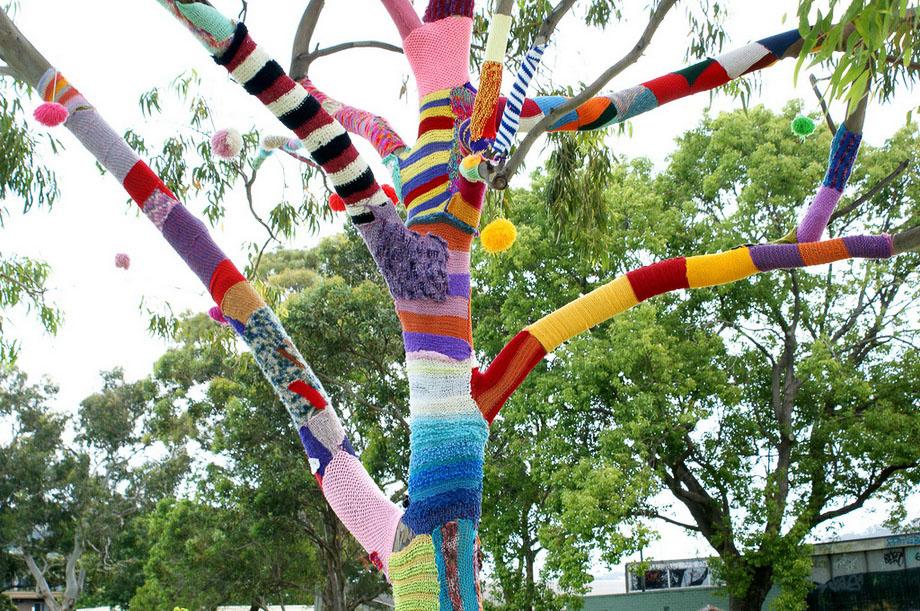Это рукоделие, вызывает восторг. . Разноцветными нитками обвязаны памятники, статуи, транспортные средства