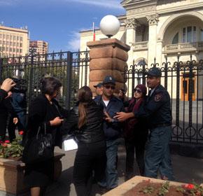 Полиция защитила Сержа Саргсяна от солдатских матерей