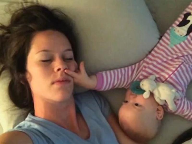 видео голая мама с ребенком: