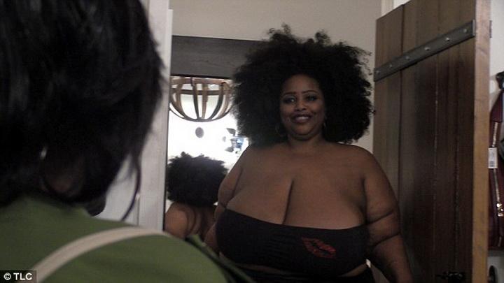 Женщина с огромной грудью делает массаж фото 158-512