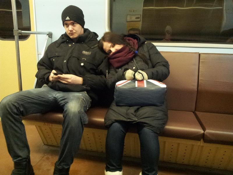 У парня встал член отераясь о задницу девушке в метро